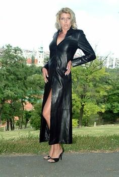 Long Leather Coat, Leather Trench Coat, Black Leather Skirts, Leather Dresses, Trench Coats, Leder Outfits, Cute Coats, Goth Women, Sexy Legs And Heels