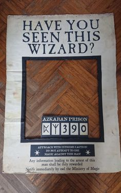 """Tuto DIY : un photo booth géant Harry Potter """"Have You seen this Wizard ? Signe Harry Potter, Harry Potter Sign, Anniversaire Harry Potter, Photos Booth, Ministry Of Magic, Harry Potter Halloween, Halloween Invitations, Have You Seen, Diy Signs"""