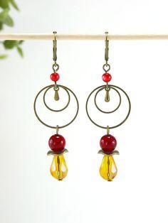 Boucles d'oreilles anneaux perles coloris rouge et jaune orangé : Boucles d'oreille par la-bulle-vernie