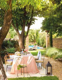 Zona de comedor en jardín con piscina