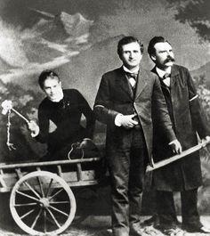 a escritora Lou Andreas-Salomé fotografada em 1882, com o chicote na mão, a conduzir a carroça com os filósofos Paul Reé e Friedrich Nietzsche no lugar dos cavalos.  Veja também: http://semioticas1.blogspot.com.br/2011/09/mahler-em-veneza.html  .