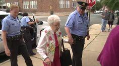 Una anciana de St. Louis ha vivido uno de los días más extraños de su vida tras ser detenida y esposada por la policía local de su población, ¿adivinas a qué se debió esta intervención policial?