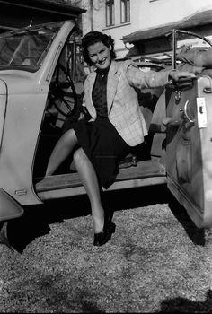 2Bukarest.Frau steigt aus Auto