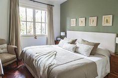 110m2 con ideas para decorar la casa  La pared de la cabecera de la cama es de color verde claro, para dar más marco a la cama. El respaldo está tapizado en lino blanco (Prágmata) y, sobre él, se colgaron unos cuadritos con marcos reciclados Foto:Javier Csecs