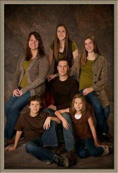 6 Studio Family Portraits, Family Portrait Poses, Family Posing, Family Potrait, Family Photo Studio, Portrait Ideas, Group Photography Poses, Studio Portrait Photography, Indoor Family Photography