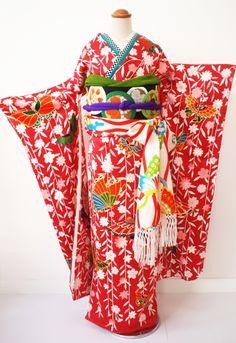 しだれ桜の間を舞い飛ぶ蝶々の群れ、赤を基調にカラフルで可愛い色合いと図柄のお振袖です。成人式やご自身のご婚礼のお衣裳として、着る人はもちろんそれを見る人も...