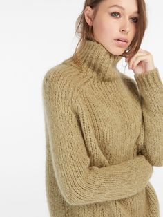 Oversized-style sweater, made of a delicate fabric blend. Straight cut, high-neck, long sleeves and ribbed finish.