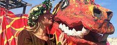 Am Wochenende auf Schloss Burgk: Drache Tatian mit Blumenelf. Foto: P. Herold