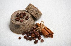 Cómo hacer jabón exfoliante de café. ¿Aún no has probado los maravillosos efectos del jabón de café sobre la piel? El jabón elaborado a base de café es un producto natural de belleza con unas increíbles propiedades exfoliantes, anticelul...