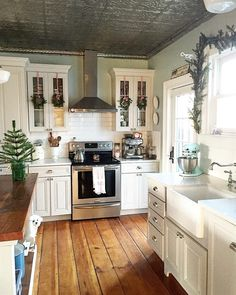 Love everything about this farmhouse kitchen! I love everything about this farmhouse kitchen! Farmhouse kitchen decorKitchen Inspiration // Farmhouse CharmPretty picture of the Gorgeous Farmhouse Decoration fo Dream Kitchen, Kitchen Remodel, Kitchen Decor, New Kitchen, Kitchen Redo, Sweet Home, Home Kitchens, Farmhouse Kitchen Design, Kitchen Design