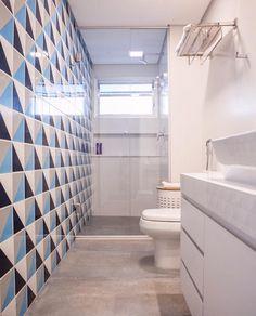 Revestimento aplicado em apenas uma parede Bathtub Remodel, Interior S, New Homes, Inspiration, Closet, Home Decor, Miguel Angel, Bathroom Designs, Central Park