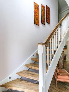 Weiße, verzierte Treppe mit Handlauf aus Holz - ECO System HAUS