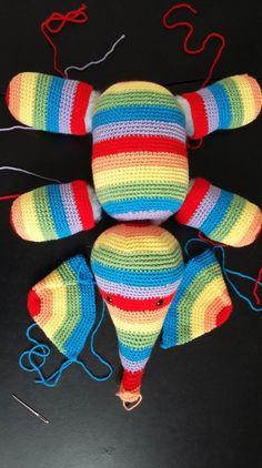 Et voilà comme prévu, un pas a pas détaillé, pour la couture de votre éléphant. Pour voir le modèle de l'éléphant cliquer ici Donc voila, j'ai fini toutes les parties, puis je les rembo… Crochet Amigurumi, Filet Crochet, Amigurumi Patterns, Crochet Patterns, Love Crochet, Crochet Baby, Crochet Christmas Hats, Crochet Animals, Baby Booties