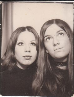 """Photobooth selfies of women from to the first self portrait vending machine or """"photobooth"""" was introduced back in 1883 by a Percival Everett. Album Photo Vintage, Vintage Photo Booths, Time Pictures, Old Pictures, Old Photos, Vintage Photographs, Vintage Images, Vintage Pictures, Mazzy Star"""