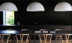 wolfgang ludes 4 / duże, białe lampy na czarnym tle  W poszukiwaniu unikalnego projektu - zapraszamy na www.loftstudio.pl