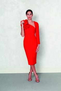 0e4bfde78 Vestido rojo manga asimétrica disponible en varios colores. Fabricado y  manipulado en España.