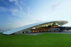 Una curva de 365 metros | El aeropuerto internacional de Carrasco General Cesareo L. Berisso, a 17 kilómetros de Montevideo, está cubierto por un techo que mide 365 metros de largo. Fue proyectado por el arquitecto uruguayo Rafael Viñoly. (Foto: Daniela Mac Adden )