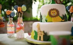 Bolo branco decorado com os bichinhos pode ser uma opção para festas de meninos e meninas. (créditos: Juliana Gueiros Fotografia)