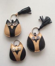 Porte-clés chouettes avec des chutes de cuir