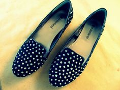 DIY Faux Studded Loafers - Uh oh! I might stud all my shoes now. Shoe Refashion, Mommy Jewelry, Studded Loafers, Diy Fashion Accessories, Blue Topaz Necklace, Recycled Fashion, Shoe Art, Types Of Shoes, Loafer Shoes