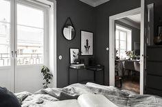 Post: Piso nórdico de 44 m² en gris oscuro --> blog decoración nórdica, cocina blanca pequeña, decoración interioes, paredes gris oscuro negro, pintar oscuro piso, pintura gris oscura, pisos nórdicos pequeños, pisos pequeños oscuros