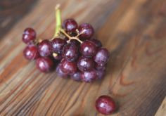 Article - The Benefits Of Purple Foods. Quick read on the health benefits of purple foods. Healthy Alternatives, Healthy Options, Healthy Recipes, Smoothie, Purple Food, Eat Happy, Free People Blog, Eat The Rainbow, Red Grapes