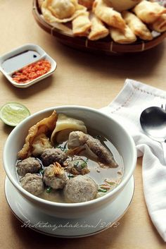 Bakso Malang meatballs soup with fried wontons and fried tofu I Love Food, A Food, Food And Drink, Quick Recipes, Cooking Recipes, Beef Recipes, Chicken And Beef Recipe, Indonesian Cuisine, Indonesian Recipes