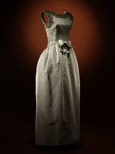 1960-1961, France - Evening dress by Cristobal Belanciaga - White grosgrain