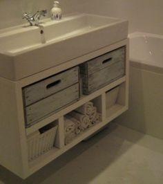 Omdat ik geen passende manden kon vinden voor mijn badkamermeubel,  heb ik deze oude kistjes op maat gemaakt. En zie hier het resultaat!
