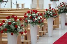 http://www.lemienozze.it/operatori-matrimonio/wedding_planner/organizzazione-nozze-roma/media/foto/13  Rose rosse e bianche per l'allestimento della chiesa