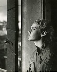 Photographs with natural light have been popular for a long time (Portrait with window light by Paolo Monti, Movement Photography, Types Of Photography, Amazing Photography, Portrait Photography, Italian Humor, Portrait Pictures, Portraits, Dramatic Lighting, Photos Of The Week