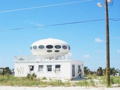 Who remembers this house on Pensacola Beach. Gulf Breeze Florida, Pensacola Beach Florida, Unusual Buildings, Interesting Buildings, Bubble House, Crazy Houses, Weird Houses, Round Building, Exclusive Homes