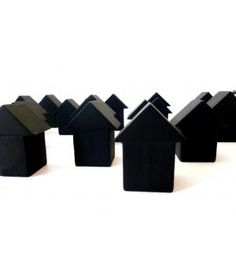 Dit huisje is handgemaakt van oude houten speelblokken en behandeld met zwarte krijtverf. Je kunt er dus ook nog wat op tekenen of schrijven. De huisjes zijn er in twee maten, klein en medium. een klein huisje is 4cm hoog en een medium 4,5cm hoog. Su...