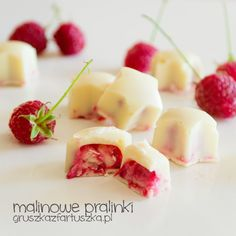 Cute, little raspberry pralines with white chocolate (in Polish) Chocolate Blanco, White Chocolate, Sweet Pastries, Confectionery, Fruit Salad, Macarons, Delicious Desserts, Raspberry, Food And Drink