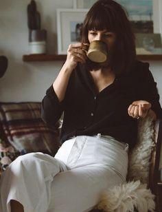 Black buttoned shirt tucked into high waisted white culottes - Les Brèves - Tendances de Mode