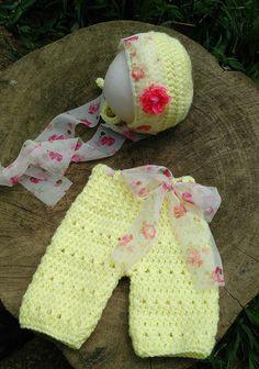 Conjunto confeccionado em crochê em fio antialérgico  Detalhes vocal e flor  Cor amarelo bebe  Tamanhos RN/ 1 a 3/ 3 a 6 meses
