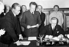 Von Ribbentrop bei der Unterzeichnung des Deutsch-Sowjetischen Freundschaftsvertrages, Moskau 1939