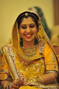 Very elegant look for Mehndi. But a very innocent looking bride she's soo cute Bengali Bride, Desi Bride, Desi Wedding, Wedding Bride, Bengali Wedding, Punjabi Bride, Gold Wedding, Wedding Blog, Wedding Jewelry