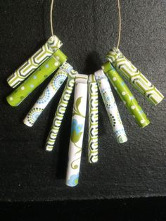 Diese Stachelbesetzter Papier-Perlen abzugeben eine Erklärung, in schönen grünen & blauen geometrischen Muster Papier. CONVO mir $7 für 17 Silber hinzufügen Schlangekette.    Perlen sind versiegelt worden und sind wasserdicht, aber eine volle Wasser einweichen wird nicht vorgeschlagen.