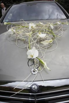Wedding car decoration - orchids and calla lilies Wedding Arrangements, Flower Arrangements, Deco Cars, Wedding Flowers, Wedding Day, Wedding Tips, Bridal Car, Wedding Car Decorations, Wedding Transportation