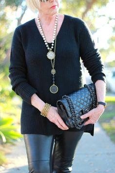 all-black outfit details - une femme d'un certain âge Over 50 Womens Fashion, Fashion Over 40, Fashion Women, Retro Fashion, Love Fashion, Fashion Outfits, Travel Fashion, Cheap Fashion, Fall Fashion Trends