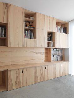 Mooie combinatie: deze houtsoort met betonnen vloer. Inspiratie kastenwand (televisiemuur)