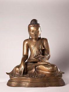Birmanie, fin XVIIIème siècle Bouddha victorieux de Mara (Maravijaya) , assis en vajrasana et abondamment paré : collier pectoral , nombreux bracelets et bagues, pendants d'oreilles. Sur le visage paisible est placé une importante couronne surmontée d'un ushnisha élaboré. Soulignons le raffinement et la richesse de cette sculpture. Laque sec doré , verroteries et cabochons . H: 96 cm. (bel état général, rares petits manques)