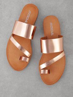 Toe Ring Sandals, Shoes Flats Sandals, Slipper Sandals, Cute Sandals, Toe Rings, Leather Sandals, Flat Sandals, Pretty Shoes, Cute Shoes