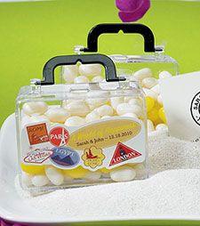 Prêts à embarquer pour votre voyage de noces ? Optez pour ces petites valises qui laisseront apparaître la couleur de vos dragées avec originalité ! http://www.mariage.fr/shop/lot-de-6-valises-pvc-rigide-avec-billes-et-dragees-mariage-notre-collection-de-boites-et-presentations-de-dragees.htm