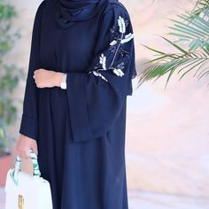 #Repost @flooosha with @instatoolsapp Black & white #abayas