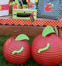 I love these apple paper lanterns for the classroom!