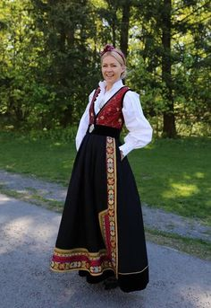 Mote-Silje 100-års drakt fra Eva Lie Design Folk Costume, Costumes, Sari, Victorian, Pretty, Beauty, Instagram, Dresses, River