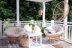 Bildresultat för lantlig altan Summer Porch, Breath Of Fresh Air, Outdoor Furniture Sets, Outdoor Decor, Porch Swing, Hanging Chair, Comforters, Lounge, Table Decorations