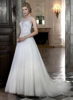 Maggie Sottero JOAN - Romantické a prekrásne ženské svadobné šaty s nadýchanou hladkou tylovou sukňou a vyšperkovaným životikom. Odhalený sexi chrbát a tiež hlboký výstrih v dekolte sú dômyslene zakryté priehľadým tylom vyšívaným trblietavými Swarovski kamienkami.